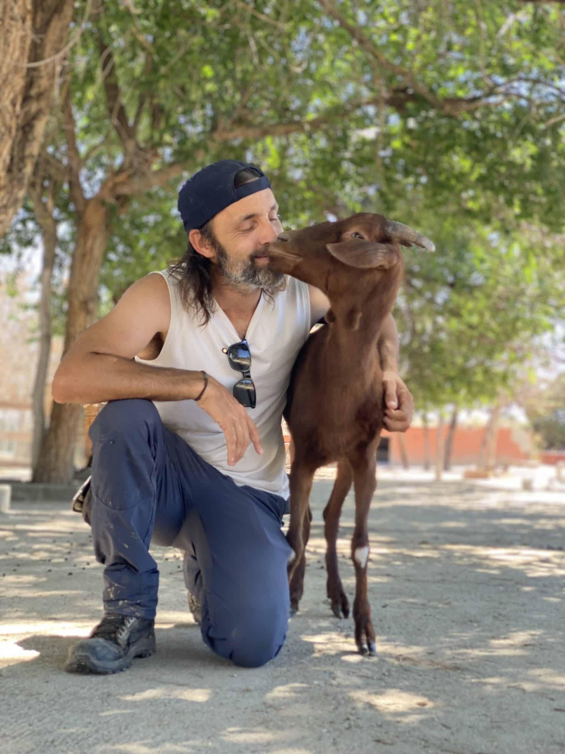 Eduardo Terrer con Bonita, una cabra rescatada
